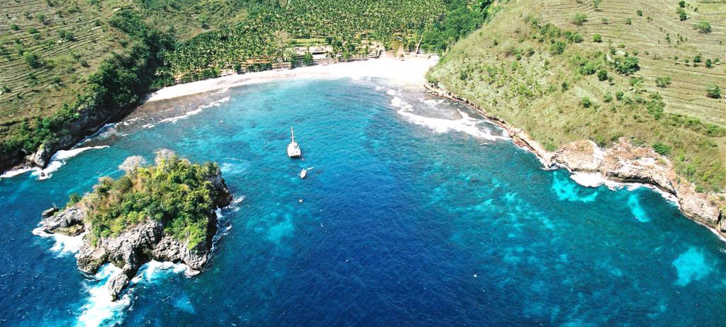 beautiful bays surrounding nusa lembongan